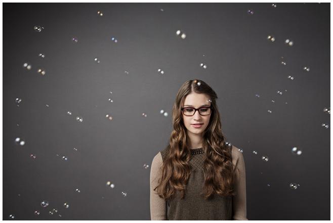 Portraitfoto junge Frau vor Fotostudio-Hintergrund © Berliner Fotostudio LUMENTIS