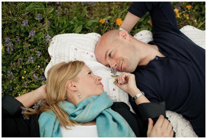 Paar auf Wiese bei Engagement-Fotoshooting  © Berliner Fotostudio LUMENTIS