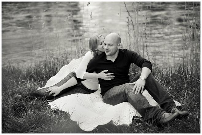 Verlobungsfoto am Flussufer © Berliner Fotostudio LUMENTIS