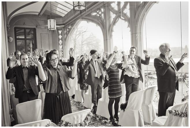 Aufnahme der Hochzeitsgesellschaft während Schamanischer Hochzeit auf Schloss Schadau © Hochzeitsfotograf Berlin hochzeitslicht