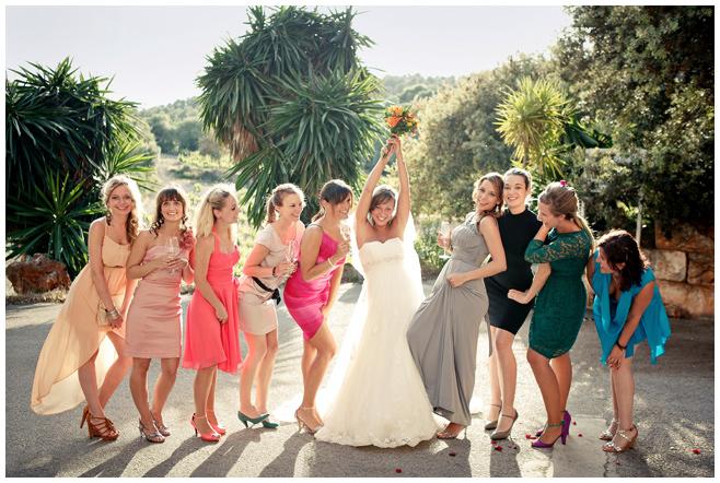 Hochzeitsfoto mit Braut und Freundinnen auf dem Weingut Bodegas Santa Catarina in Mallorca © Hochzeitsfotograf Berlin hochzeitslicht