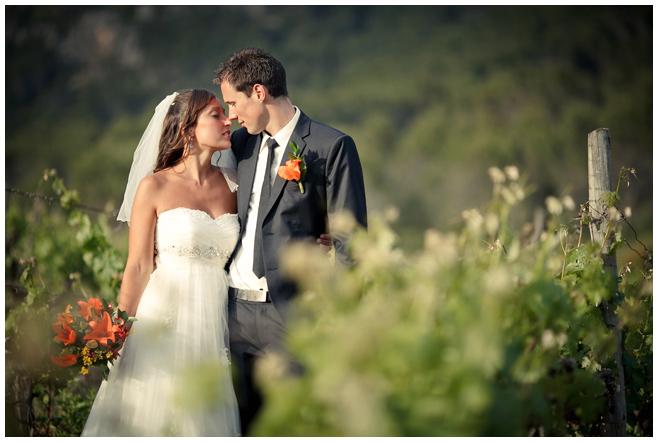 Brautpaarfoto in Weinbergen von Mallorca von Hochzeitsfotografin © Hochzeitsfotograf Berlin hochzeitslicht
