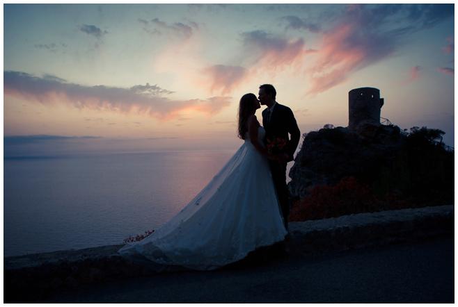 Brautpaarfoto an Küste von Mallorca am Abend © Hochzeitsfotograf Berlin hochzeitslicht