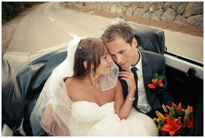 Hochzeitsfoto im Auto an Küste von Mallorca © Hochzeitsfotograf Berlin hochzeitslicht