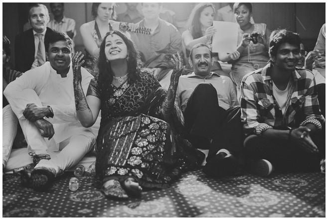 Hochzeitsreportage-Foto von Braut mit Gästen bei indischer Hochzeitszeremonie in Indien © Hochzeitsfotograf Berlin hochzeitslicht