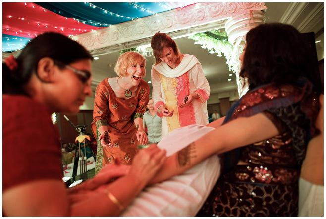 Arme der Braut werden für indische Hochzeit mit Henna bemalt © Hochzeitsfotograf Berlin hochzeitslicht