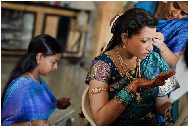 Hochzeitsfoto bei Vorbereitungen der Braut auf Hochzeit in Indien © Hochzeitsfotograf Berlin hochzeitslicht
