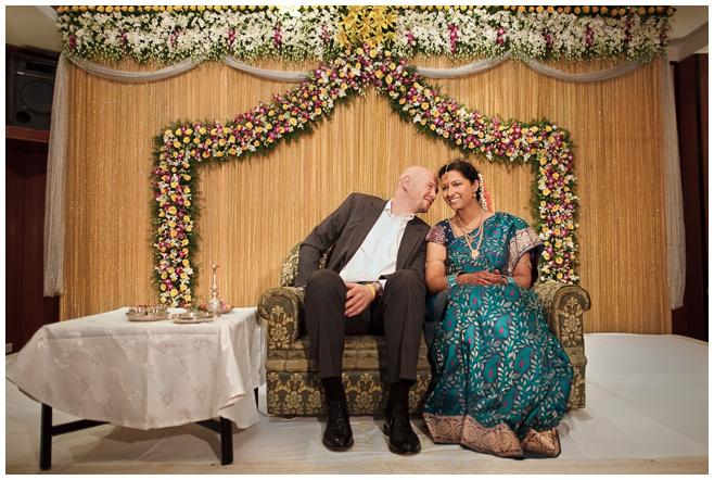 Hochzeits-Foto von Brautpaar während Hochzeit in Indien © Hochzeitsfotograf Berlin hochzeitslicht