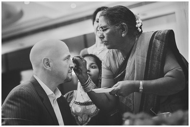 Hochzeitsfoto während Hochzeitszeremonie in Indien © Hochzeitsfotograf Berlin hochzeitslicht