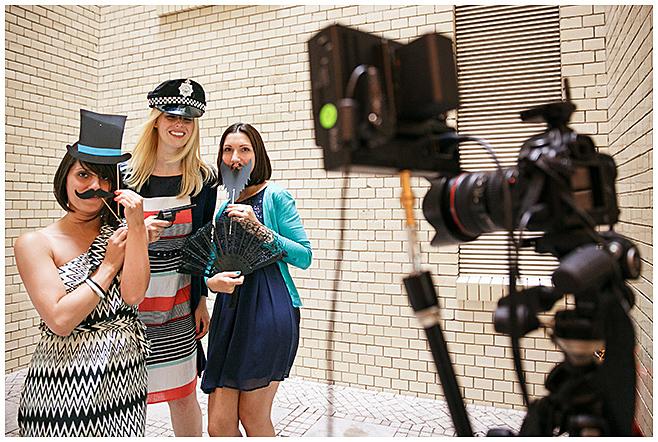 Gäste fotografieren sich mit Requisiten und Selbstauslöser im Photobooth © Hochzeitsfotograf Berlin hochzeitslicht