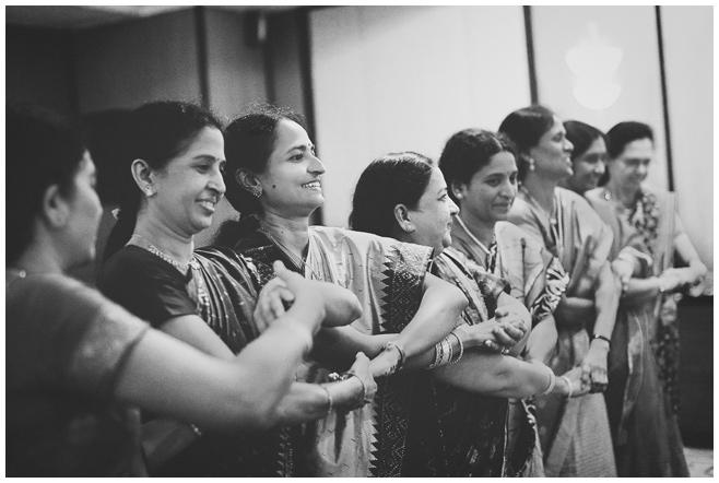 Tanz während Sangit bei indischer Hochzeit © Hochzeitsfotograf Berlin hochzeitslicht