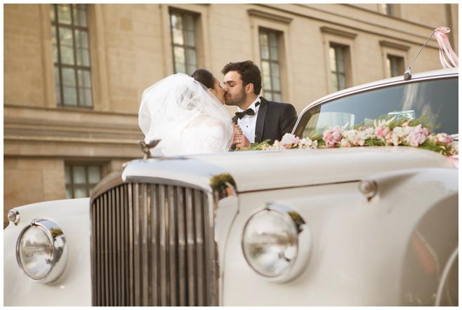 Brautpaar mit Vintage-Hochzeitsauto bei Vintage-Hochzeit in Berlin © Hochzeitsfotograf Berlin hochzeitslicht