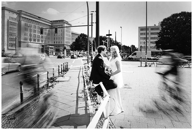 Hochzeitsfoto von Braut und Bräutigam bei Hochzeit in den Türmen des Frankfurter Tors in Berlin © Hochzeitsfotograf Berlin hochzeitslicht