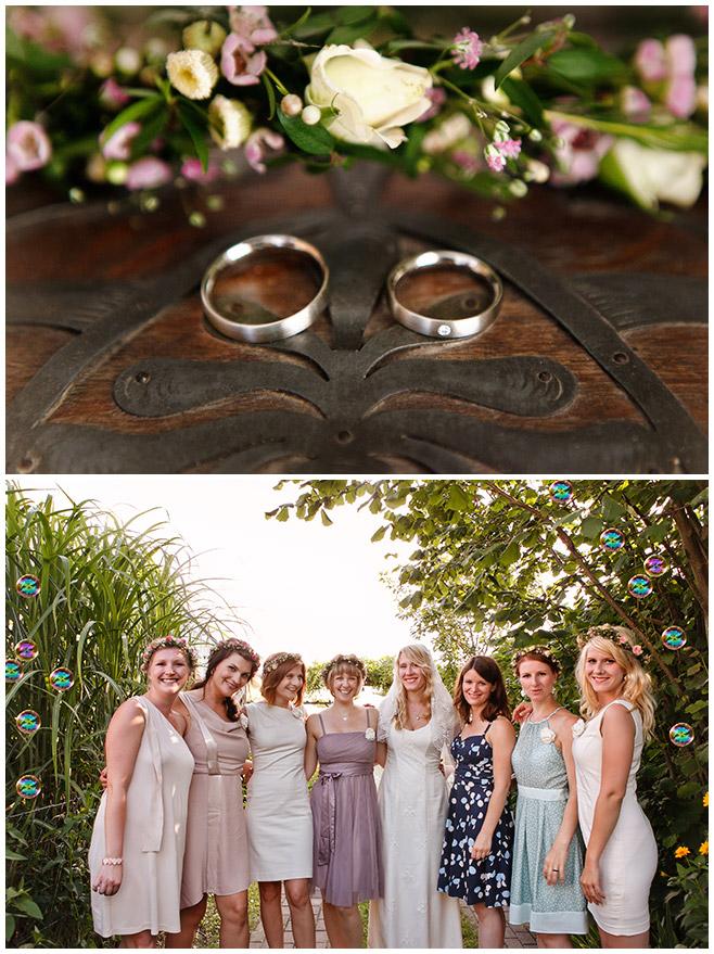 Hochzeitsfoto der Braut gemeinsam mit Brautjungfern und Blumenkränzen © Hochzeitsfotograf Berlin hochzeitslicht