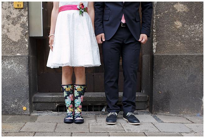 Hochzeitsfoto von Braut und Bräutigam in Gummistiefeln © Hochzeitsfotograf Berlin hochzeitslicht