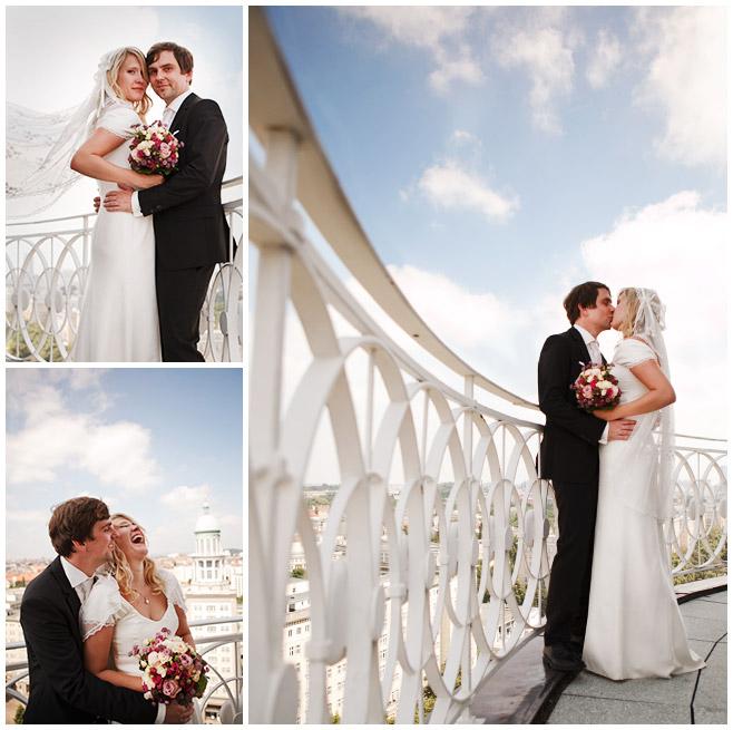 Brautpaarfotos bei Hochzeit auf Turm im Frankfurter Tor mit Aussicht über Berlin © Hochzeitsfotograf Berlin hochzeitslicht