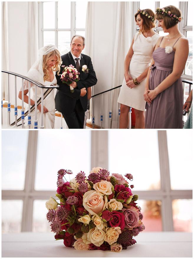 Fotos von Braut und Brautvater bei Hochzeit mit Blumenkränzen im Turm Frankfurter Tor © Hochzeitsfotograf Berlin hochzeitslicht