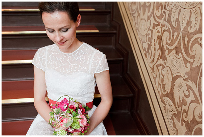Hochzeitsfoto der Braut im Standesamt Cottbus © Hochzeitsfotograf Berlin hochzeitslicht