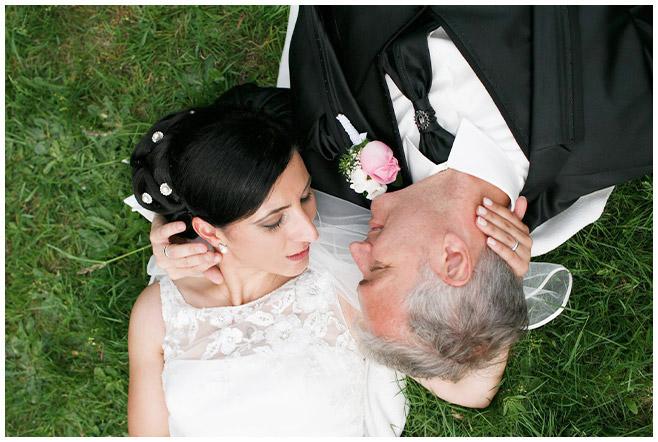Foto von Braut und Bräutigam auf Wiese im Park des Schloss Charlottenburg © Hochzeitsfotograf Berlin hochzeitslicht