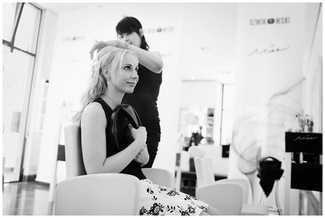 Braut bei Vorbereitung auf Hochzeit am Gendarmenmarkt in Berlin © Hochzeitsfotograf Berlin hochzeitslicht