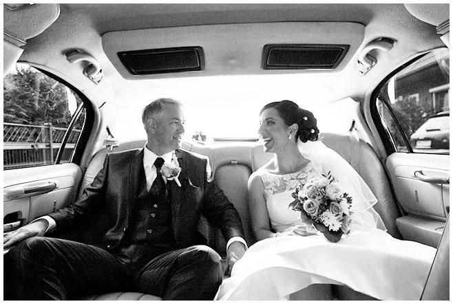 Brautpaar in Hochzeits-Limousine in Berlin © Hochzeitsfotograf Berlin hochzeitslicht