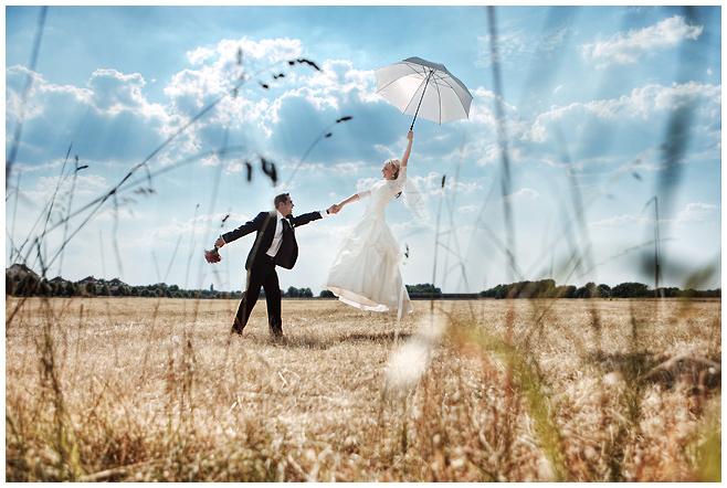 Hochzeitsfotografie mit fliegender Braut von professionellem Hochzeitsfotograf Potsdam © Hochzeitsfotograf Berlin hochzeitslicht