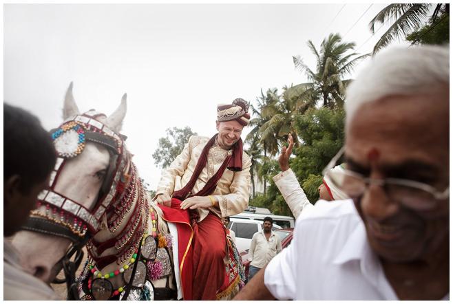 Bräutigam bei Baraat während indischer Hochzeit © Hochzeitsfotograf Berlin hochzeitslicht
