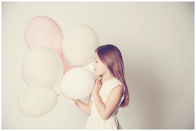 Kinderfoto eines Mädchens mit Heliumballons von Kinderfotograf Berlin © Berliner Fotostudio LUMENTIS
