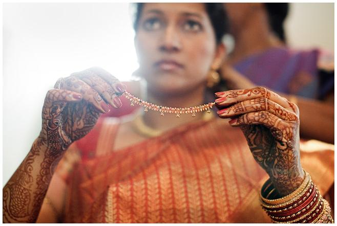 Braut beim Anlegen des Schmucks bei Hochzeit in Indien © Hochzeitsfotograf Berlin hochzeitslicht