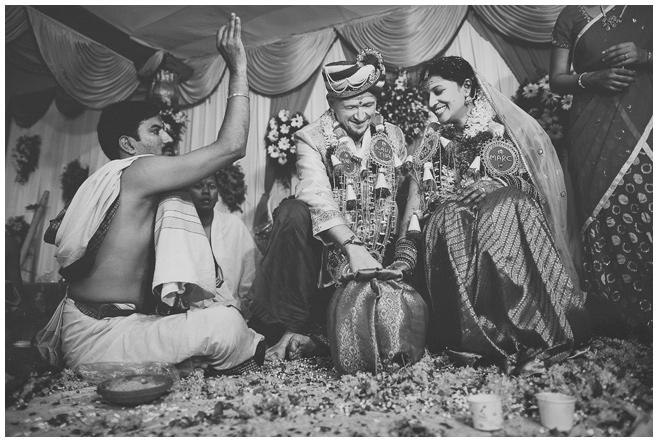 Brautpaar bei Hochzeitszeremonie in Indien dokumentiert von internationalen Hochzeitsfotografen aus Deutschland © Hochzeitsfotograf Berlin hochzeitslicht