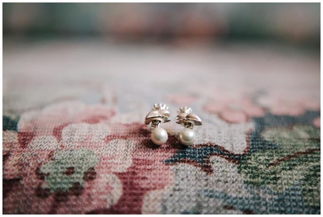 Detailaufnahme der Ohrringe der Braut im Froschkönig-Design bei Hochzeit im Alten Rathaus Wittenberg © Hochzeitsfotograf Berlin hochzeitslicht