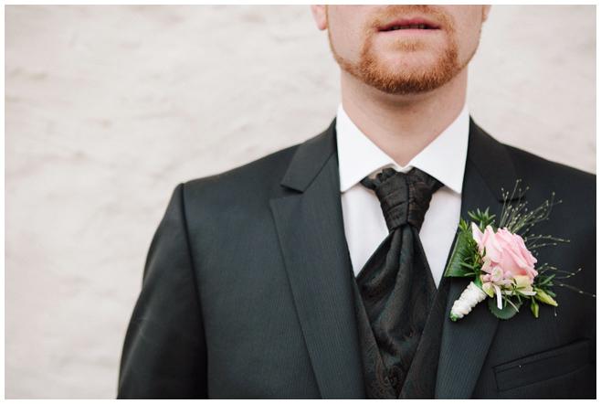 Ansteckblume des Bräutigams bei Hochzeit auf dem Rittergut Dorstadt © Hochzeitsfotograf Berlin hochzeitslicht