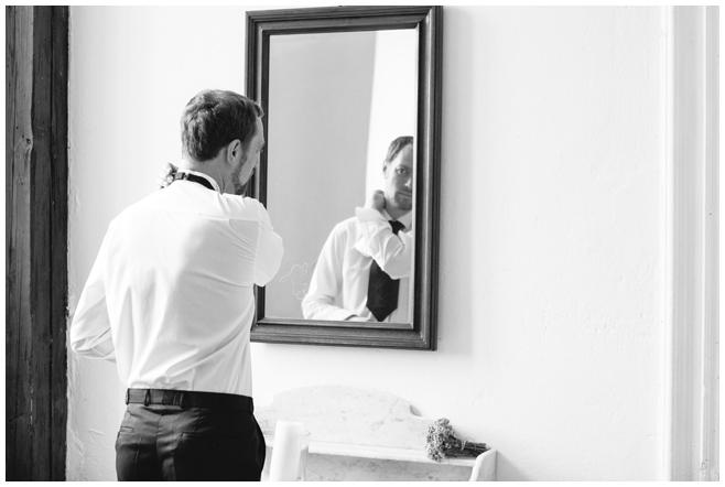 Hochzeitsfoto von Vorbereitungen des Bräutigams aufgenommen von professioneller Hochzeitsfotografin in der Lutherstadt Wittenberg © Hochzeitsfotograf Berlin hochzeitslicht