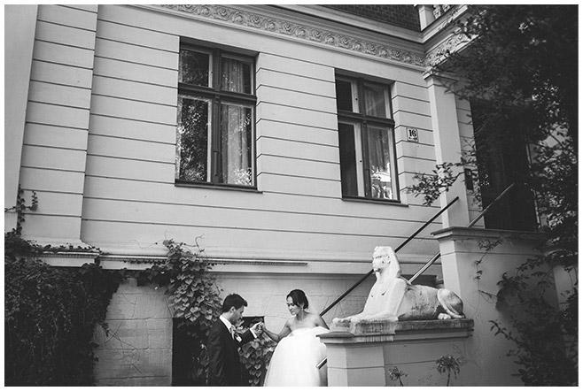 Hochzeitsfoto von erster Begegnung von Braut und Bräutigam am Hochzeitstag © Hochzeitsfotograf Berlin hochzeitslicht
