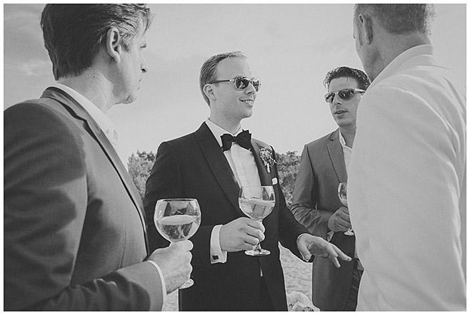 Bräutigam trinkt vor Zeremonie einen Cocktail am Strand © Hochzeitsfotograf Berlin hochzeitslicht