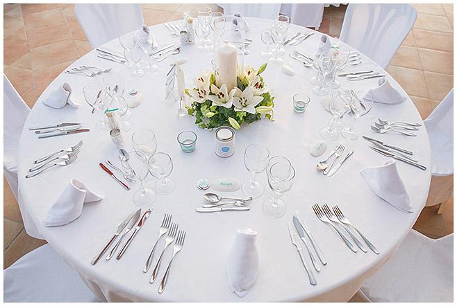 Tischdekoration mit weißen Lilien und Muscheln als Platzkarten auf Strandhochzeit © Hochzeitsfotograf Berlin hochzeitslicht