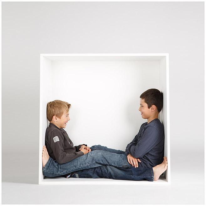 Familienfoto von zwei Jungen in weißer Kiste © Berliner Fotostudio LUMENTIS