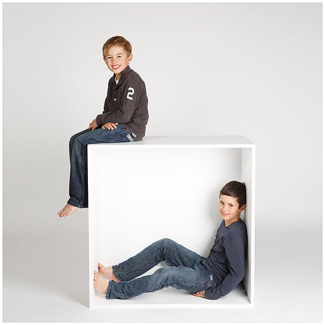 Familienfotografie von zwei Jungen in weißer Kiste im Fotostudio © Berliner Fotostudio LUMENTIS