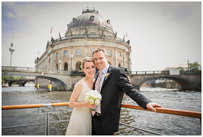 Hochzeitsfoto an der Museumsinsel in Berlin-Mitte © Hochzeitsfotograf Berlin hochzeitslicht
