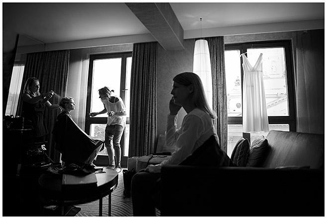 Reportagefoto von Hochzeitsvorbereitungen im Hilton Hotel am Gendarmenmarkt in Berlin-Mitte © Hochzeitsfotograf Berlin hochzeitslicht