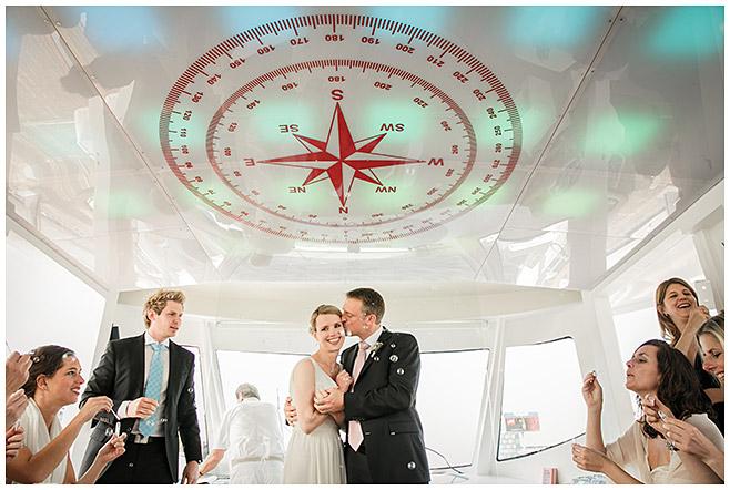 Hochzeitsgesellschaft feiert Brautpaar mit Seifenblasen nach freier Trauung auf der Spree © Hochzeitsfotograf Berlin hochzeitslicht