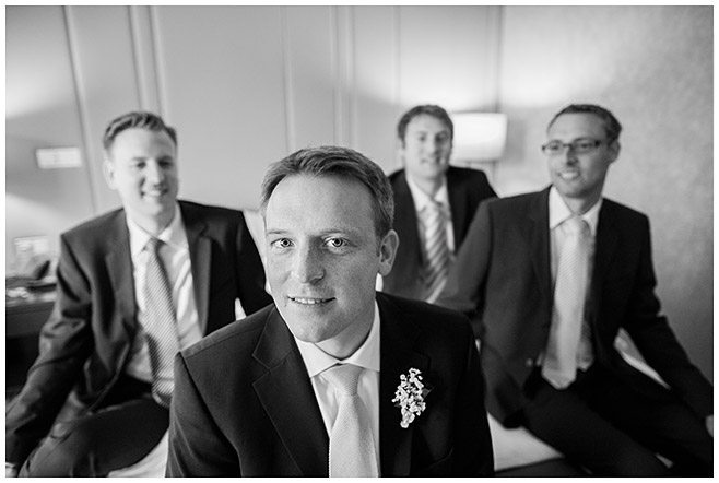 Hochzeitsfotografie von Bräutigam mit Best Men vor standesamtlicher Trauung in Berlin-Mitte © Hochzeitsfotograf Berlin hochzeitslicht