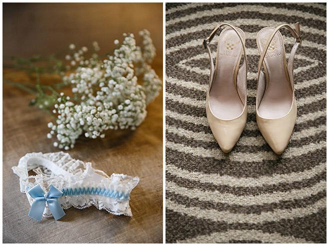 Hochzeitsreportage-Fotos von Brautschuhen und blau-weißem Strumpfband der Braut bei Vorbereitungen in Berlin-Mitte © Hochzeitsfotograf Berlin hochzeitslicht