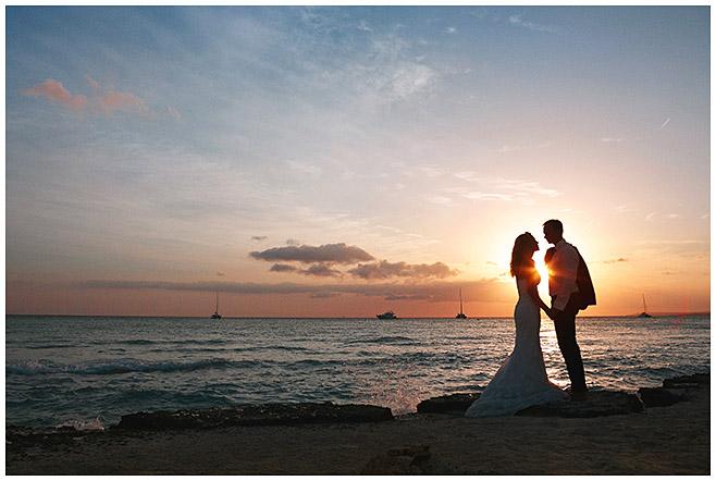 Hochzeitsfoto von Brautpaar bei Sonnenuntergang während Strandhochzeit Mallorca © Hochzeitsfotograf Berlin hochzeitslicht