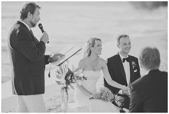 glückliches Brautpaar während Trauung am Strand auf Mallorca © Hochzeitsfotograf Berlin hochzeitslicht