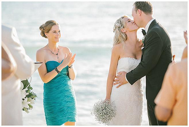 Kuss während der Trauung am Meer bzw. Strand auf Mallorca © Hochzeitsfotograf Berlin hochzeitslicht
