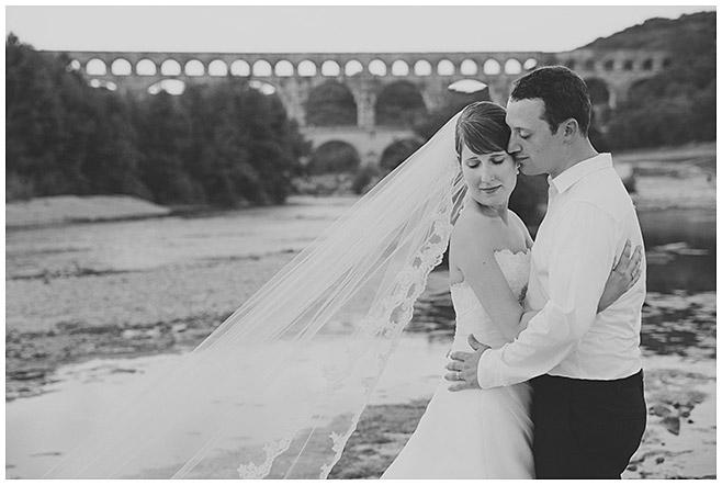 Brautpaar bei After-Wedding-Fotoshooting vor Aquädukt in der Provence, Frankreich © Hochzeitsfotograf Berlin hochzeitslicht