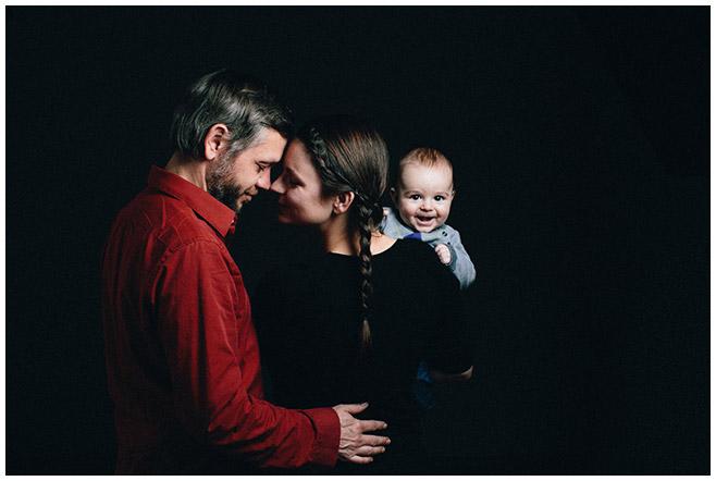 Familienfoto von kleiner Familie entstanden bei Familienfotoshooting in Berlin © LUMENTIS Fotostudio Berlin