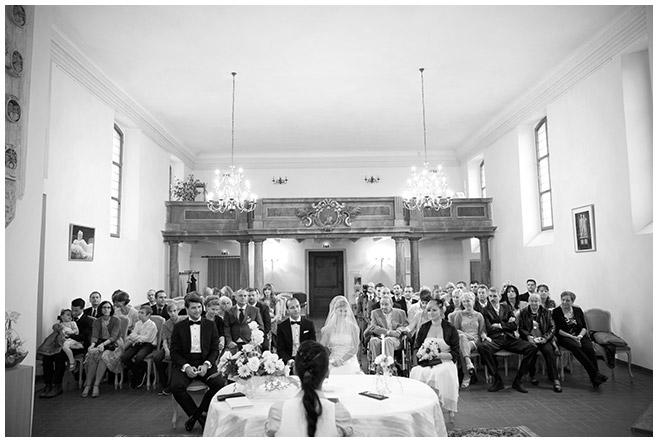 Hochzeitsgesellschaft bei standesamtlicher Trauung in Schlosskirche Schöneiche festgehalten von Hochzeitsfotograf Berlin © Hochzeitsfotograf Berlin hochzeitslicht