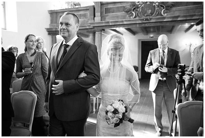 Einzug der Braut in Schlosskirche Schöneiche festgehalten von professionellem Hochzeitsfotografen in Schöneiche, Brandenburg © Hochzeitsfotograf Berlin hochzeitslicht